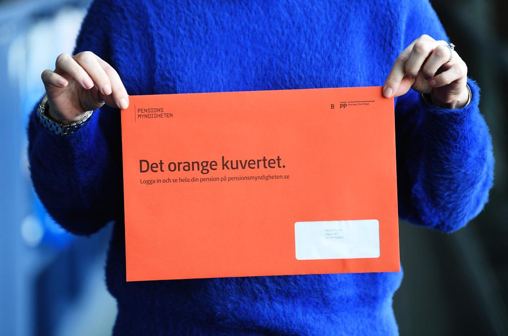 Ett orange kuvert från pensionsmyndigheten med information om pension och underlag för beräkning av pensionsrätter. Arkivbild.